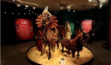 costumes et mannequins cheval dans une exposition