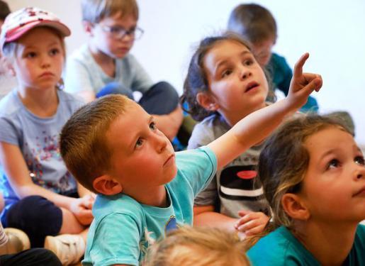 enfant levant la main pour prendre la parole