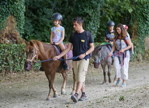 enfant sur un poney au pas