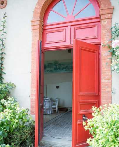 grande porte rouge de l'écurie d'honneur du Haras d'Hennebont