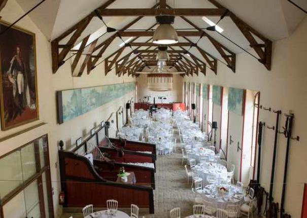 disposition des tables pour un mariage dans l'écurie d'honneur du Haras d'Hennebont