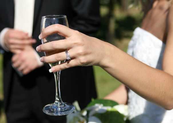 flute à champagne dans la main d'un mariée