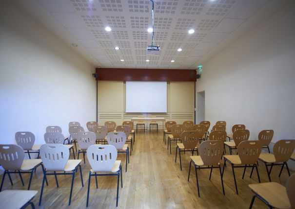 chaises disposées dans la salle de réunion du Haras d'Hennebont